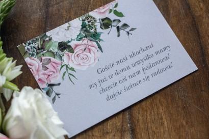 Bilecik do zaproszeń zaproszeń ślubnych w kolorze szarym. Kompozycja z białych i pastelowych róż