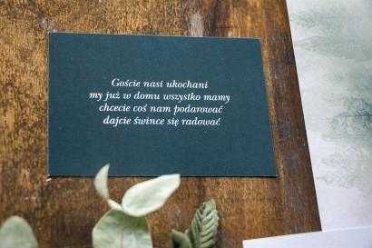 Bilecik do zaproszeń zaproszeń ślubnych. Na bileciku leśny krajobraz w odcieniu chłodnej zieleni