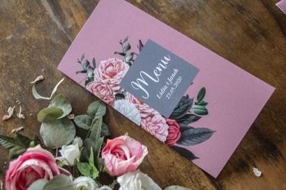 Menu ślubne w kolorze pudrowego różu. Kompozycja z białych i różowych piwonii i róż