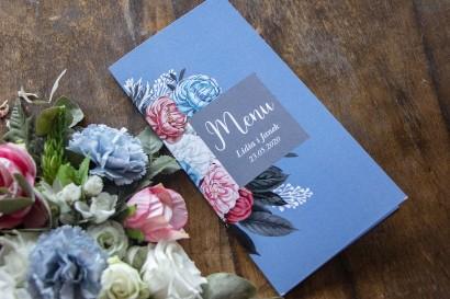 """Menu ślubne w kolorze """"dusty blue"""". Kompozycja kwiatowa w stylu vintage z białymi i różowymi piwoniami."""