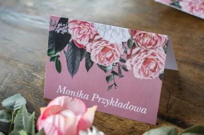 Winietki ślubne w kolorze pudrowego różu. Kompozycja z białych i różowych piwonii i róż