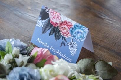 """Winietki ślubne w kolorze """"dusty blue"""". Kompozycja kwiatowa w stylu vintage z białymi i różowymi piwoniami."""