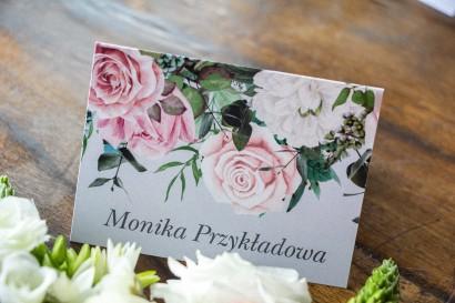 Winietki ślubne w kolorze szarym. Kompozycja z białych i pastelowych róż