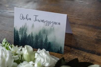 Winietki ślubne z leśnym krajobrazem w odcieniu chłodnej zieleni
