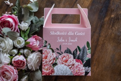Ślubne Kwadratowe Pudełko na Ciasto weselne z kompozycją z białych i różowych piwonii i róż