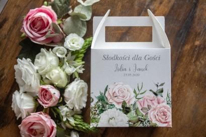 Ślubne Kwadratowe Pudełko na Ciasto weselne w kolorze szarym. Na Pudełku kompozycja z białych i pastelowych róż