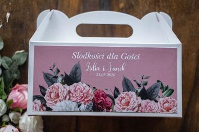 Prostokątne Pudełko na Ciasto weselne w kolorze pudrowego różu. Na pudełku kompozycja z białych i różowych piwonii i róż