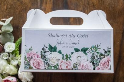 Prostokątne Pudełko na Ciasto weselne w kolorze szarym. Na pudełku kompozycja z białych i pastelowych róż