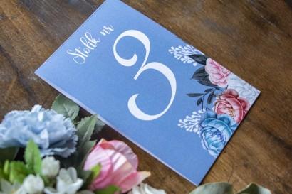 Numery stolików weselnych w kolorze . Na numerze kompozycja kwiatowa w stylu vintage z białymi i różowymi piwoniami.