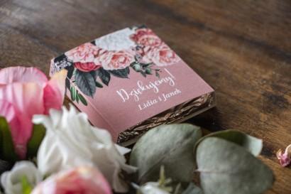 Podziękowanie dla gości weselnych w postaci mlecznej czekoladki, różowa owijka z kompozycją kwiatową
