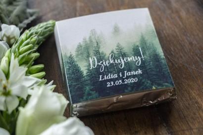 Podziękowanie dla gości weselnych w postaci mlecznej czekoladki, owijka z leśnym krajobrazem w odcieniu chłodnej zieleni