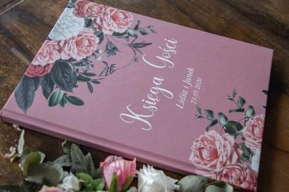 Różowa Ślubna Księga Gości z kompozycją z białych i różowych piwonii i róż
