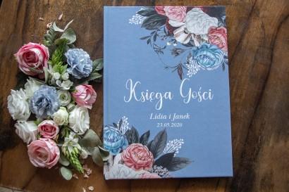 """Ślubna Księga Gości w kolorze """"dusty blue"""" z kompozycją z kwiatową w stylu vintage z białymi i różowymi piwoniami"""