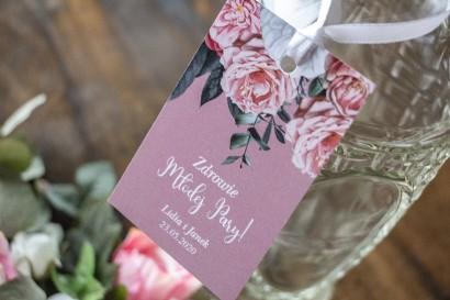 Zawieszki na butelki weselne w kolorze pudrowego różu z kompozycją z białych i różowych piwonii i róż