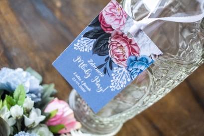 """awieszki na butelki weselne w kolorze """"dusty blue z kompozycją kwiatową w stylu vintage z białymi i różowymi piwoniami"""