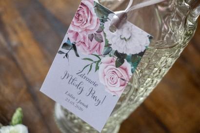 Zawieszki na butelki weselne w kolorze szarym z kompozycją z białych i pastelowych róż