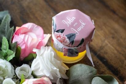 Podziękowania dla gości weselnych w postaci słoiczków z Miodem. Kapturek w kolorze pudrowego różu