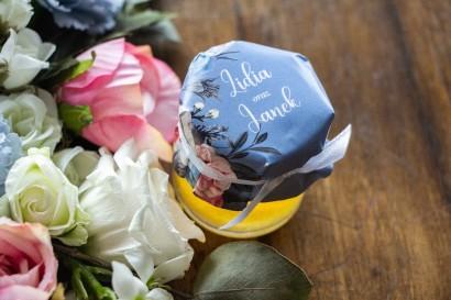"""Podziękowania dla gości weselnych w postaci słoiczków z Miodem. Kapturek w kolorze """"dusty blue"""""""