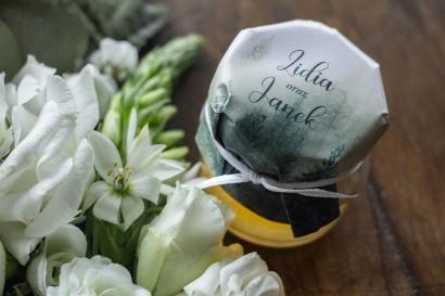 Podziękowania dla gości weselnych w postaci słoiczków z Miodem. Kapturek z leśnym krajobrazem