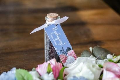 """Podziękowania dla Gości w postaci buteleczek z herbatą. Przywieszka w kolorze """"dusty blue"""""""