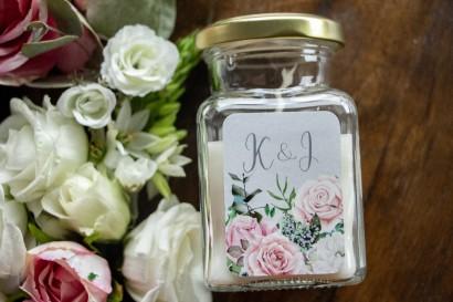 Świeczki - Podziękowania dla gości weselnych, etykieta w kolorze szarym z kompozycją z białych i pastelowych róż