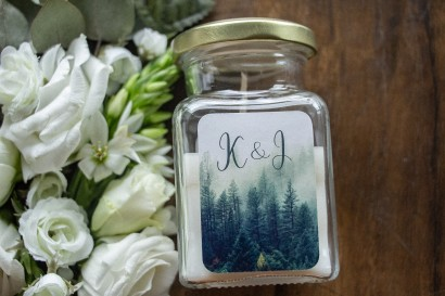Świeczki - Podziękowania dla gości weselnych, etykieta z leśnym krajobrazem w odcieniu chłodnej zieleni