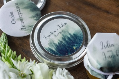 Świeczki Ślubne okrągłe jako Podziękowania dla Gości. Etykieta z leśnym krajobrazem w odcieniu chłodnej zieleni