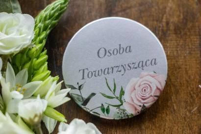 Ślubne Przypinki dla gości weselnych w kolorze szarym. Kompozycja z białych i pastelowych róż