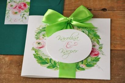 Zaproszenie ślubne z kokardą i kolorową kopertą - Akwarele nr 22 - Intensywne barwy zieleni z różowymi jaskrami