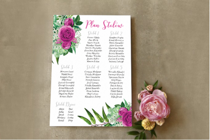 Ślubny Plan stołów z zieloną kompozycją gałązek oraz kwiatami róży
