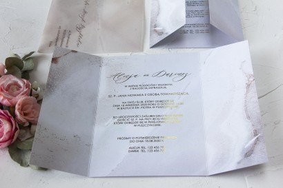 Marmurkowe zaproszenia ślubne w szampańskim kolorze. Delikatny motyw marmuru pojawia się także na kopercie z kalki.