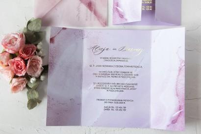 Marmurkowe zaproszenia ślubne w odcieniu pastelowego różu. Delikatny motyw marmuru widoczny także na kopercie z kalki.