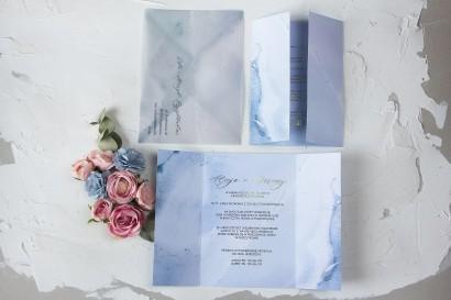 Marmurkowe zaproszenia ślubne w pastelowym, niebieskim kolorze.