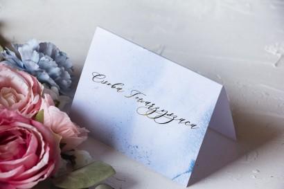 Marmurkowe Winietki ślubne ze złoceniem w pastelowym, niebieskim kolorze