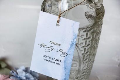 Marmurkowe Ślubne Zawieszki na butelki na alkohol ze złoceniami w pastelowym, niebieskim kolorze