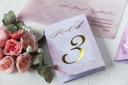 Złocone Numery Stolików Weselnych w odcieniu pastelowego różu