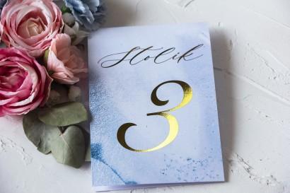 Złocone Numery Stolików Weselnych w pastelowym, niebieskim kolorze