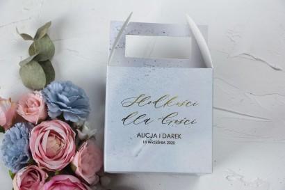 Marmurkowe Pudełko na Ciasto weselne (kwadratowe) ze złoceniem w pastelowym, niebieskim kolorze