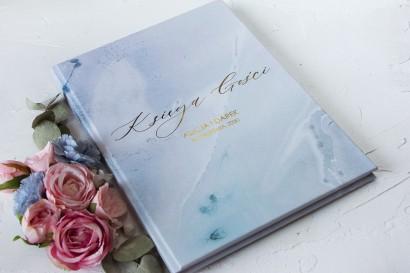 Marmurkowa Weselna Księga Gości ze złoceniami w pastelowym, niebieskim kolorze