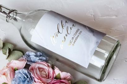 Marmurkowe Etykiety samoprzylepne na butelki weselne na alkohol ze złoceniem w pastelowym, niebieskim kolorze