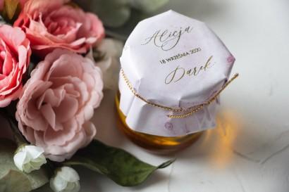 Słoiczek z miodem - słodkie podziękowanie dla gości weselnych. Marmurkowy kapturek ze złoconymi w odcieniu pastelowego różu