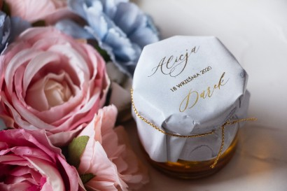 Słoiczek z miodem - podziękowanie dla gości weselnych. Marmurkowy kapturek ze złoconymi w pastelowym, niebieskim kolorze
