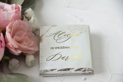 Podziękowanie dla gości weselnych w postaci mlecznej czekoladki, marmurkowa owijka w szampańskim kolorze