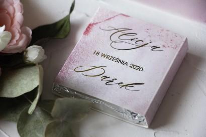 Podziękowanie dla gości weselnych w postaci mlecznej czekoladki. Marmurkowa, złocona owijka w odcieniu pastelowego różu