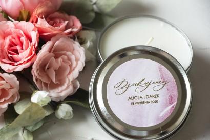 Okrągłe Świeczki Ślubne jako podziękowania dla gości. Marmurkowa etykieta ze złoconymi w odcieniu pastelowego różu