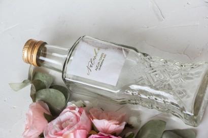Ślubne Butelki na nalewki wraz z marmurkową etykietą ze złoceniami w szampańskim kolorze