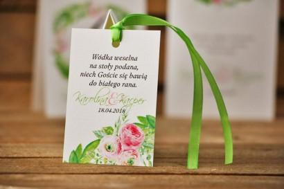 Zawieszka na butelkę, wódka weselna, ślub - Akwarele nr 22 - Różowe jaskry z zielenią
