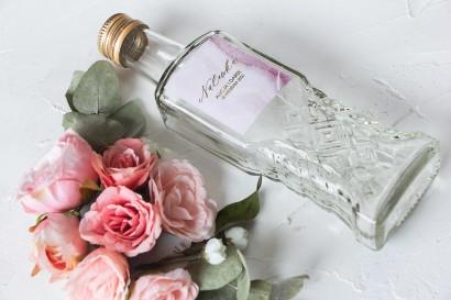 Ślubne Butelki na nalewki wraz z marmurkową etykietą ze złoceniami w odcieniu pastelowego różu