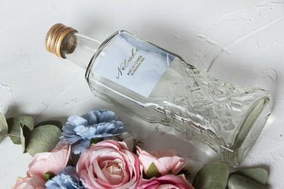 Ślubne Butelki na nalewki wraz z marmurkową etykietą ze złoceniami w pastelowym, niebieskim kolorze