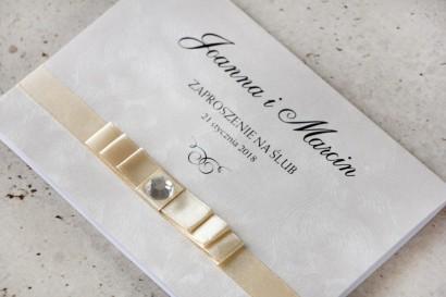 Zaproszenie ślubne z kokardką i cyrkonią - Amaretto nr 1 - Perłowy papier z fakturą, kokardka w kolorze ecru